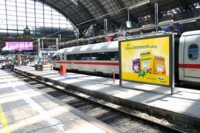 plakatwerbung am Bahnhof