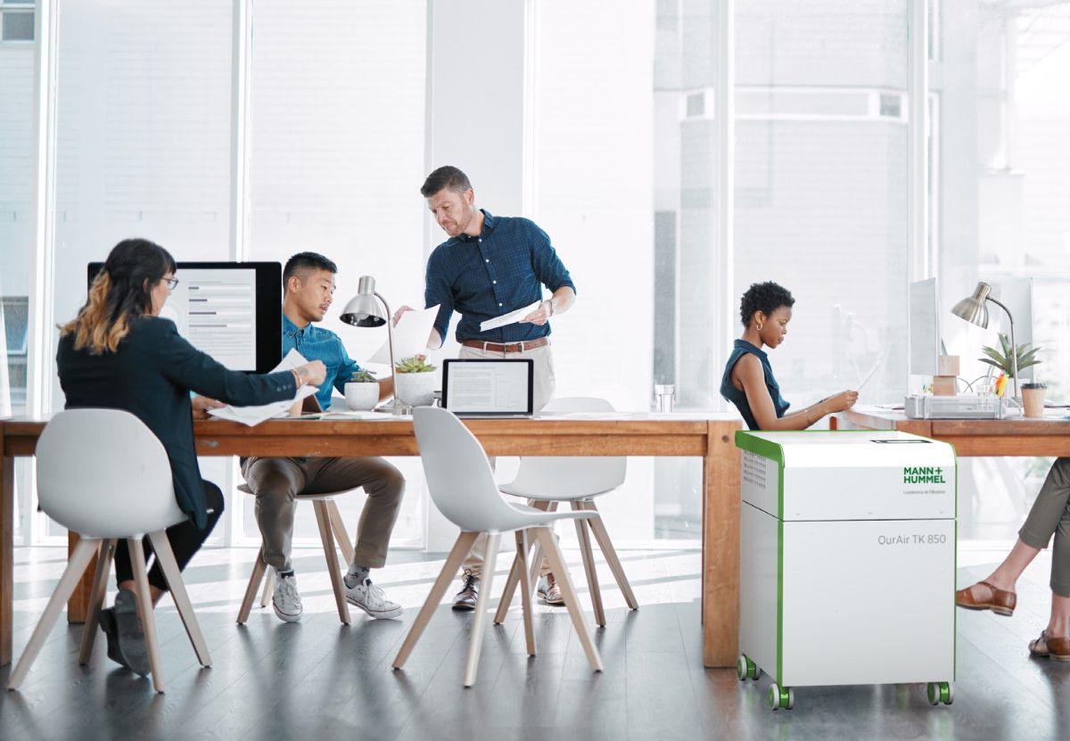 mobiler HEPA Luftreiniger in einem Büro