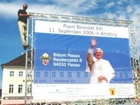 Werbeplane mit Papst